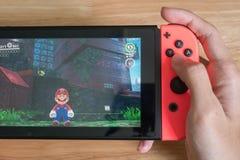 Toppna Mario Odyssey på den Nintendo strömbrytaren royaltyfria bilder