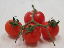 Toppna smakliga tomater på tabellen fotografering för bildbyråer