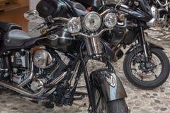Toppna tappningmotorcykelcyklar och sportbilar royaltyfria foton