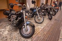 Toppna tappningmotorcykelcyklar och sportbilar royaltyfri foto