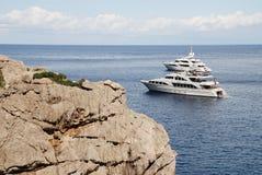 Toppna yachter på Sa Calobra, Majorca Arkivfoton
