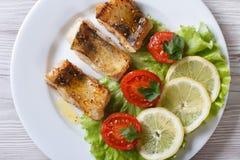 Toppositie gebraden filet met groenten Close-up horizontale hoogste mening stock foto's