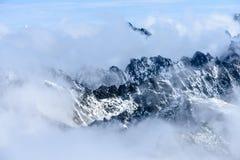 Tops de la montaña en el invierno cubierto en nieve Foto de archivo libre de regalías
