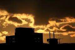 Tops de la silueta de los edificios en el resplandor de la puesta del sol Fotografía de archivo libre de regalías
