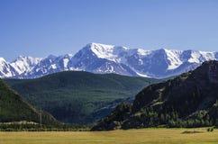 tops de nieve de montañas Fotografía de archivo libre de regalías