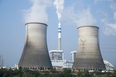 Tops de torres de enfriamiento de la central nuclear debajo del cielo azul Fotos de archivo