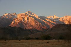 Tops nevados de la montaña en la distancia Fotografía de archivo
