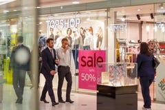 Topshop橱窗在有a的金丝雀码头在销售标志中 免版税库存照片