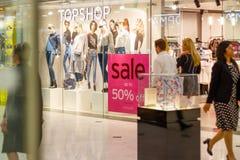 Topshopetalage in Canary Wharf met a op verkoopteken Stock Foto's