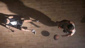 Topshot basketspelare som skjuter en annan spelare som som faller, vän som hjälper honom att stå upp stock video