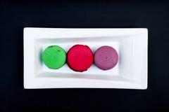 Topshot de bolinhos de amêndoa franceses doces e coloridos Fotos de Stock Royalty Free