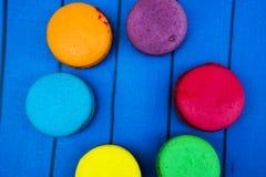 Topshot de bolinhos de amêndoa franceses doces e coloridos Imagem de Stock