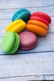 Topshot de macarrones franceses dulces y coloridos Fotos de archivo