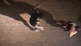 Topshot, dos jugadores de básquet que se hacen frente en corte y que intentan tomar la bola almacen de metraje de vídeo