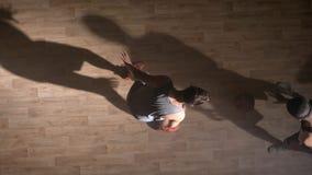 Topshot, jugadores de básquet que hacen frente a uno en uno en la corte, floodlite lateral almacen de video