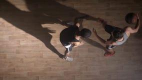 Topshot, jugadores de básquet que se hacen frente y que juegan en corte durante partido almacen de video