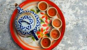 Topview,与五个翻转者和一个茶壶的中国茶在盘子 免版税库存图片
