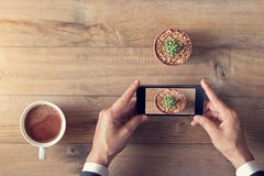 Topview,拿着智能手机射击植物和牛奶茶的手 免版税库存图片