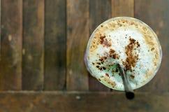 Topview av iskaffe på trätabellen Royaltyfri Foto