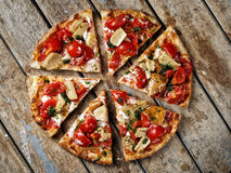 Topview cortó alrededor de los tomates de las setas de la pizza Imagen de archivo libre de regalías