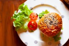 Topview d'hamburger fait maison avec les légumes frais Images libres de droits