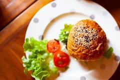 Topview d'hamburger fait maison avec les légumes frais Image libre de droits