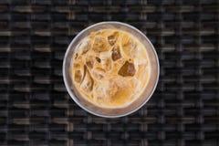 Topview de café de glace sur le fond en bois Photographie stock libre de droits