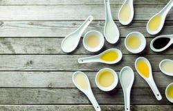 Topview de colheres de sopa e de pratos do molho com óleo Fotografia de Stock Royalty Free