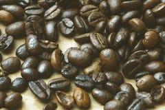 Topview de feijões de café no fundo de madeira claro Imagem de Stock