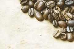 Topview de feijões de café no fundo de madeira claro foto de stock royalty free
