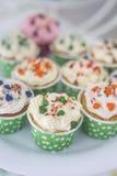 Topview de petits gâteaux et petits gâteaux colorés Images stock
