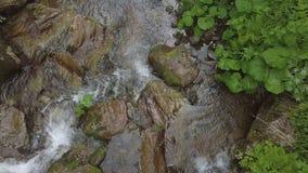 Topview des Wassers unten moveing am kleinen Wasserfall stockfoto