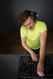Topview di musica di miscelazione del DJ Fotografia Stock Libera da Diritti