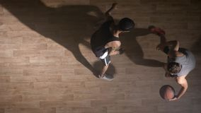 Topview, dos jugadores de básquet que juegan uno en uno dentro metrajes
