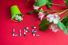 Topview en la vida del subtítulo con las píldoras imagen de archivo libre de regalías