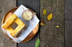 Topview grzanka chleb słuzyć z słodkim syropem, grzanki masła ser Zdjęcia Royalty Free
