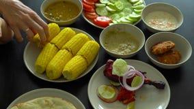 Topview strzelał rodzinny łasowanie indianina, malezyjski jedzenie zdjęcie wideo