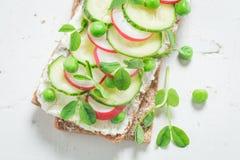 Topw widok zdrowa kanapka z avocado, śmietankowy ser Zdjęcia Royalty Free