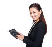 Toque da mulher de negócio do contador na calculadora Foto de Stock