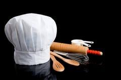 Toque del cuoco unico con gli utensili di cottura Fotografie Stock Libere da Diritti