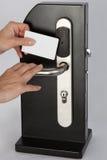 Toque do cartão chave da posse da mão no fechamento de almofada eletrônico preto imagens de stock royalty free