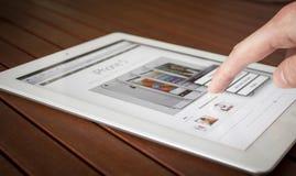 Toque do dedo de Ipad Fotografia de Stock