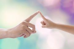 Toque do dedo do pai seu dedo do filho da criança imagens de stock royalty free