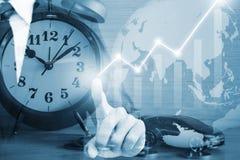 Toque do homem de negócios na tela vitual no fundo azul imagem de stock royalty free