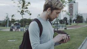 Toque do homem um smartphone video estoque