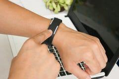 Toque dos homens do close up na mão do relógio Foto de Stock