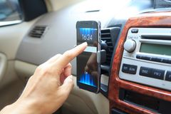 Toque el montaje en la rejilla de ventilación del aire del tenedor del teléfono Imagenes de archivo