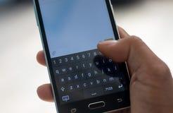 Toque esperto do phon e da mão no teclado Imagens de Stock Royalty Free