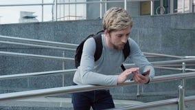 Toque feliz do homem um smartphone video estoque