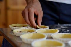 Toque final hecho a mano de los pasteles cortos Fotografía de archivo